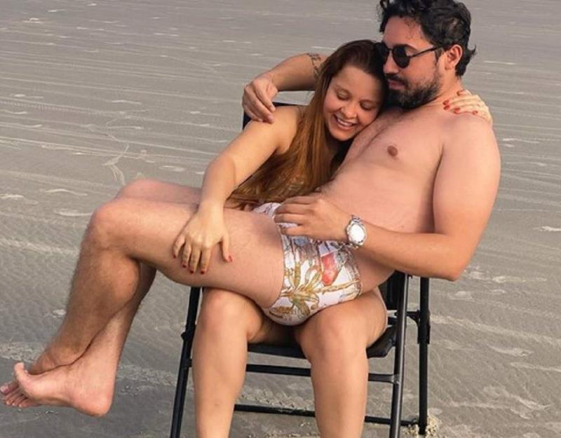 Sertanejos Maiara e Fernando reatam namoro e postam foto divertida na praia. (Foto: Reprodução/Instagram)