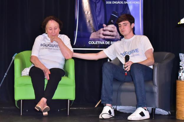 Filho de Gugu Liberato, João Augusto ao lado da mãe do apresentador no lançamento da campanha 'Gugu Vive'