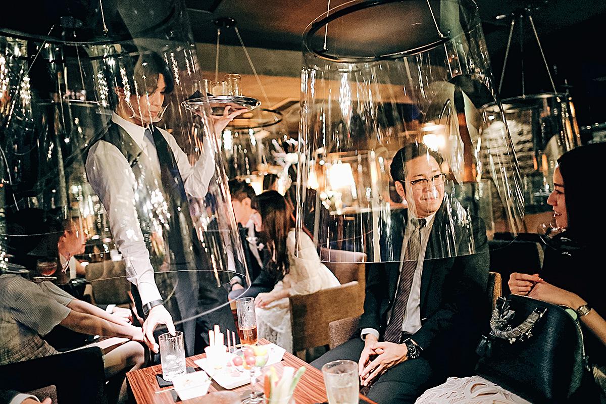 Bar em Tóquio que instalou barreiras de proteção em forma de aquário para evitar disseminação do novo coronavírus (06/08/2020)