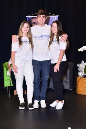 João Augusto com as gêmeas Marina e Sofia no lançamento da campanha 'Gugu Vive'