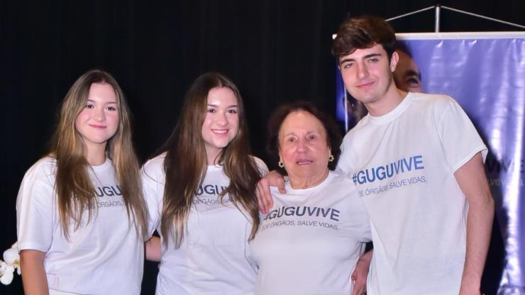 Filhos de Gugu Liberato posam com avó durante o lançamento da campanha 'Gugu Vive'
