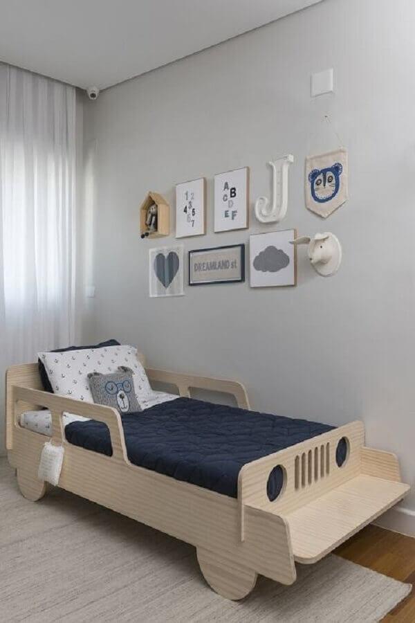 decoração de quarto com cama criativa infantil em formato de carrinho Foto Bebê World