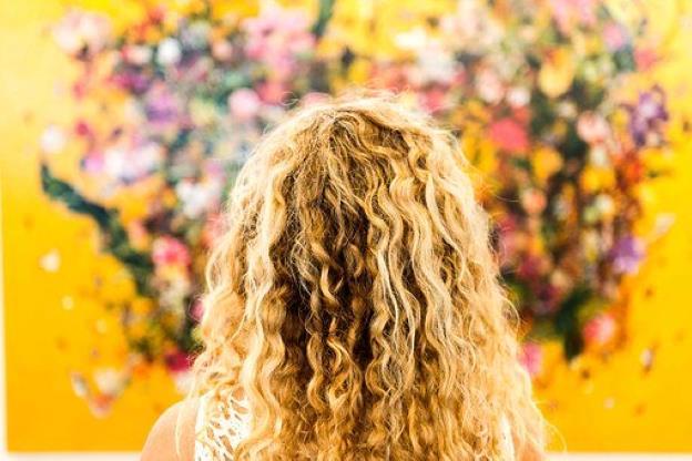 """Slide 1 de 13: Cuidar corretamente dos cabelos cacheados exige trabalho, dedicação e cuidado. Isso tudo redobra quando ficamos impedidos de contar com profissionais e salões de cabeleireiros para nos ajudar. ++Maisa exibe cabelo natural, sem química, e fãs elogiam: """"Cachos maravilhosos"""" Com os recursos que temos em casa, é possível cuidar dos cabelos cacheados e deixa-los como se tivéssemos acabado de sair de um salão. Confira as dicas a seguir: Como lavar cabelo cacheado do jeito certo: Se você costuma lavar os cabelo todos os dias, é hora de mudar esse hábito. Quem tem cachos deve lavar os fios, em média, três vezes por semana. A lavagem correta deve ser feita sempre se certificando de que os dedos percorram toda a planta da cabeça para tirar bem a gordura dos fios. A temperatura da água deve ser morna e nunca use as unhas para esfregar o couro cabeludo. Lembre-se de utilizar shampoo e condicionador indicados para cachos, que prometem cabelos definidos, com brilho, sem frizz e saudáveis, desde a primeira aplicação. Hidratação, Nutrição (ou Umectação) e Reconstrução:O cabelo cacheado costuma ser mais seco nas pontas, porque a oleosidade natural não percorre o fio inteiro para deixá-lo hidratado. Então, a hidratação é fundamental para devolver a maciez, o brilho natural dos fios e, assim, poder modelá-los com mais facilidade. A partir daí, é interessante organizar um cronograma capilar. Ele ganhou esse nome, porque cria uma estratégia semanal (quinzenal ou mensal, de acordo com sua necessidade) de hidratação, umectação (ou nutrição) e reconstrução dos cachos. Após a lavagem dos fios, inclua na rotina de cuidados um tipo de hidratação, dependendo dos danos. A hidratação é a manutenção básica do cabelo, que lhe devolve a água perdida. Já a nutrição ou umectação é a etapa que devolve a oleosidade natural aos fios, quando eles estão com aspecto seco, áspero, sem definição e sem brilho. E, se houver necessidade, invista em reconstrução. Ao passar por processos químicos i"""