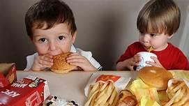 Resultado de imagem para criança comendo besteiras