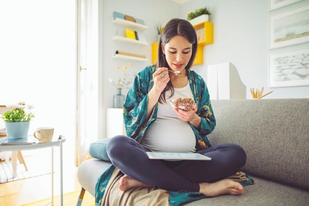 Slide 1 de 20: Todas as mulheres sabem que os principais sintomas de gravidez, que acometem a maioria das mulheres, envolvem enjoos, vontades frequentes de urinar, sono e inchaço. ++Hiperêmese gravídica: Confira os principais sintomas Mas, logo no início da gestação, muitossintomas de gravidezpassam despercebidos, fazendo com que algumas mulheres só descubram a gravidez mais para frente. Em geral, osprimeiros sinais e sintomassurgem de 2 a 3 semanas após a relação sexual que deu origem à gravidez, quando o embrião implanta-se no útero. Sendo assim, algumas mulheres começam a sentir os primeiros sintomas antes mesmo de ter o atraso na menstruação. Confira na galeria acima osprimeiros sintomas de gravidez. Não deixe de curtir nossa páginano Facebooke tambémno Instagrampara maisnotícias do JETSS