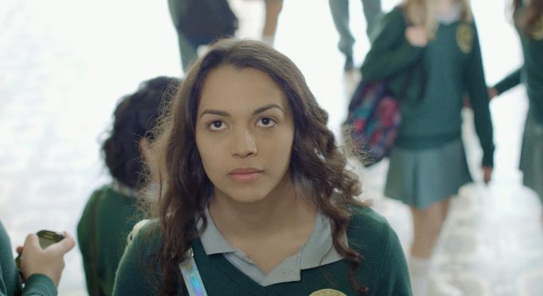 Slide 4 de 20: Nordestina, trans e youtuber. O filme conta como uma adolescente com estas características sofre bullying ao chegar em um novo colégio no Paraná, para onde se mudou com a família. Dirigido por Gil Baroni e protagonizado por Anne Celestino Mota.