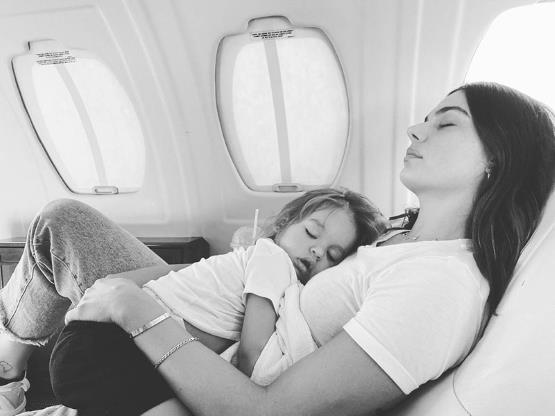 Slide 3 de 19: Claro que Rael acompanha a mamãe onde ela vai! Meu mundo todinho, escreveu ela na legenda do clique em que os dois aparecem agarradinhos durante um cochilo no avião.