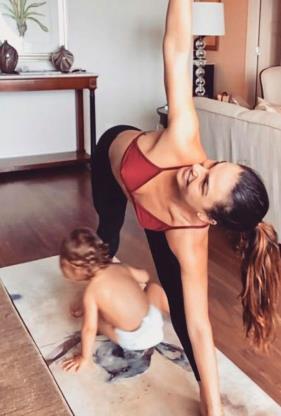 Slide 4 de 19: Adepta do yoga, Isis também divide seu mat, seu tapete para a prática, com Rael. A atriz se diverte ao compartilhar as vezes em que o pequeno a acompanha no exercício diário. Não importa o lugar, a gente sempre encontra tempo pra se conectar! Te amo filho , escreveu ela na legenda.