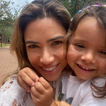 Patricia Abravanel e a filha, Jane, 3 anos, foram comparadas pela semelhança física: 'Cara de uma, focinho da outra'