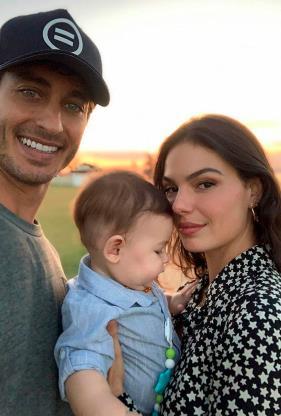 Slide 2 de 19: Quando ainda era bebê, Rael apareceu assim, bem coladinho aos pais, em uma selfie clicada pelo papai modelo e empresário.