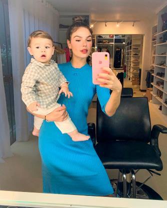 Slide 10 de 19: O famoso closet de Isis também já apareceu como cenário de fotos entre mãe e filho, como no clique acima, quando Rael, ainda bem novinho, olhava para o espelho enquanto era segurado no colo pela atriz.