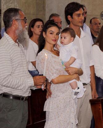 Slide 9 de 19: Isis também já dividiu com os seguidores um momento bem especial da família, quando ela e André Resende batizaram Rael, ainda bebê, na igreja da cidade natal dela, Aiuruoca, interior de Minas Gerais.