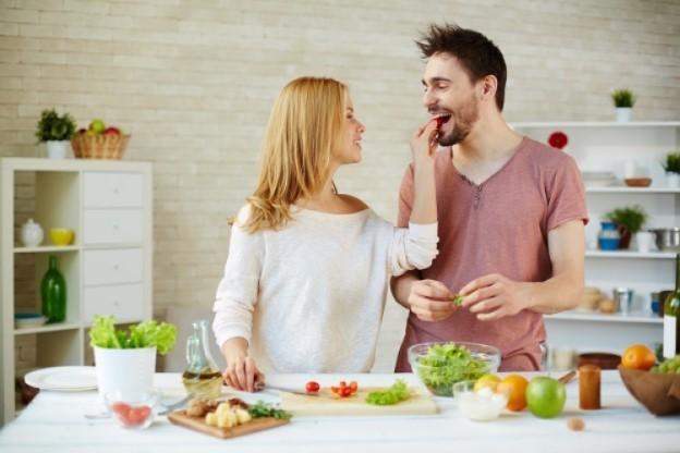"""Slide 4 de 8: As especiarias são afrodisíacos naturais, por exemplo, uma combinação de ginseng e açafrão pode aumentar o desempenho sexual. Comer apimentado e picante de vez em quando é muito melhor do que qualquer """"suplemento"""" farmacêutico."""