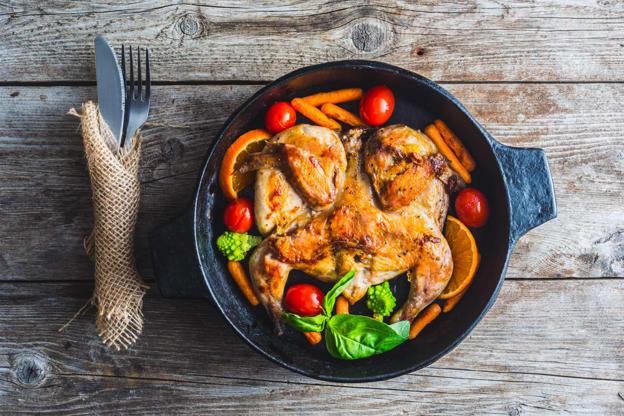 Slide 9 de 30: A bebidatambém harmoniza com refeições que levam frango como prato principal.