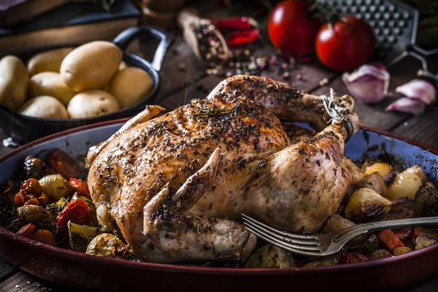Slide 4 de 30: Se você nãoé fã demariscos (ou tem alergias a esse tipo de comida), frango pode ser uma ótima escolha para acompanhar um Chardonnay.