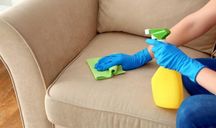 Como limpar sofá: dicas infalíveis para cada tecido