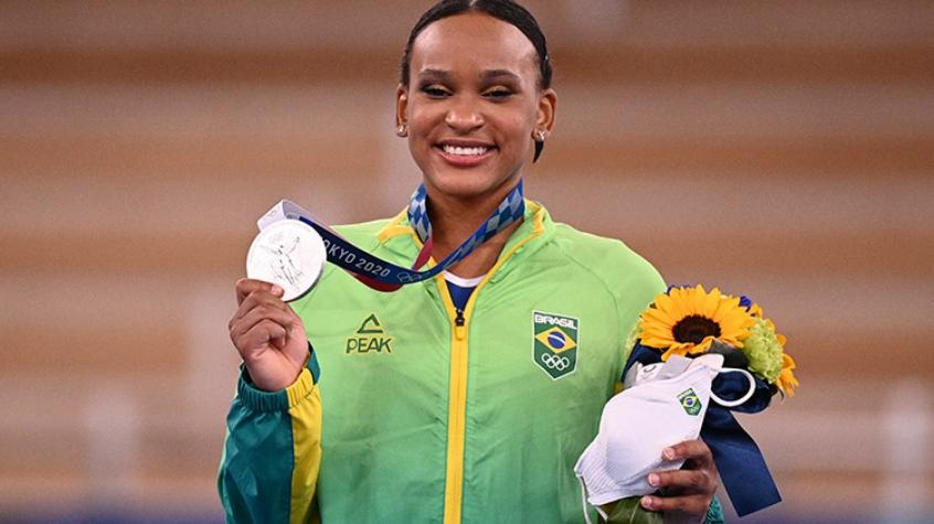 Rebeca é escolhida porta-bandeira e time de vôlei vai à semifinal.