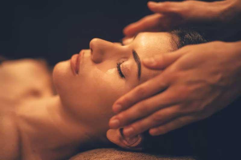 Massagem capilar: veja os benefícios e como fazer.