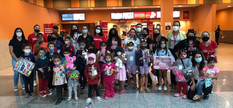 Crianças da Arca da Vida recebem presentes arrecadados no  Via Café Garden Shopping!